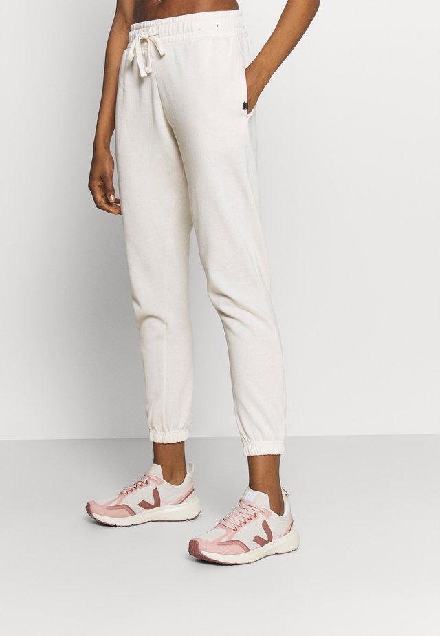 LIFESTYLE GYM TRACK PANTS - Pantalon de survêtement - buttermilk