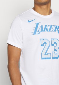 Nike Performance - NBA LOS ANGELES LAKERS LEBRON JAMES CITY EDITION NAME NUMBER - Article de supporter - white - 5