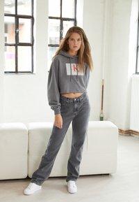 Calvin Klein Jeans - CROPPED HOODIE - Hoodie - shining armor - 1