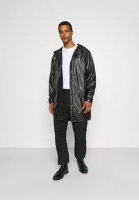 Rains - LONG JACKET UNISEX - Vodotěsná bunda - shiny black - 1