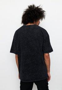 Multiply Apparel - SAVAGE - T-shirt med print - acid black - 2
