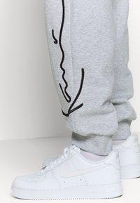 Karl Kani - SIGNATURE RETRO - Teplákové kalhoty - grey/black - 3