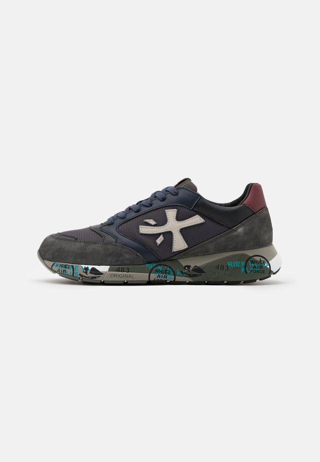 ZAC ZAC - Sneaker low - grey/red