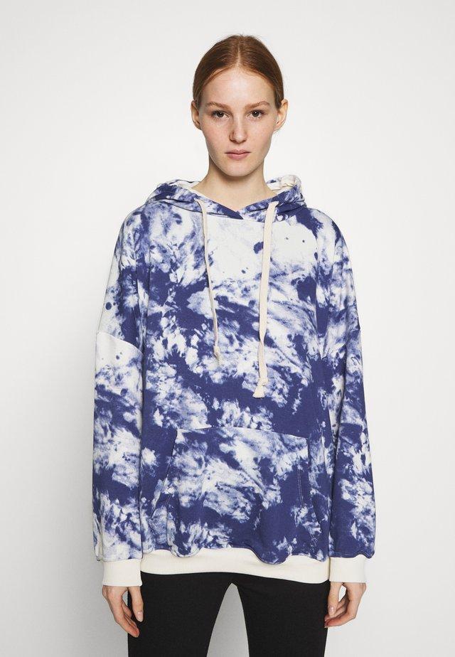 K&K  OVERSIZED SWEATER - Jersey con capucha - white/blue