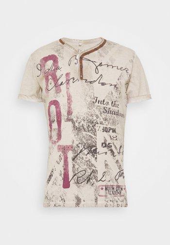 RIOT BUTTON - Print T-shirt - sand