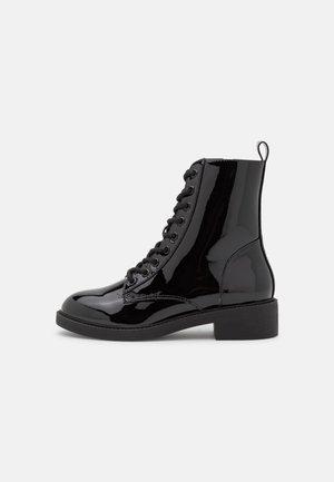LACE UP FLAT BOOT - Šněrovací kotníkové boty - black shiny