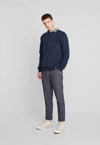Anerkjendt - AKBASU PANTS - Pantalones chinos - true blue - 1
