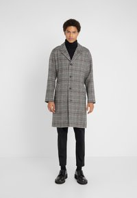 Editions MR - TRISTAN BELTED COAT - Cappotto classico - black/white/ruby - 0