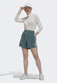 adidas Originals - SATIN SHORTS ADICOLOR ORIGINALS LOOSE - Shorts - hazy emerald - 1