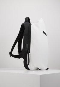 N°21 - Batoh - white - 4