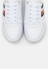 Tommy Hilfiger - SIGNATURE RUNNER - Sneaker low - white - 5