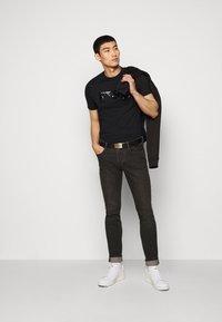 Emporio Armani - T-shirt con stampa - black - 1