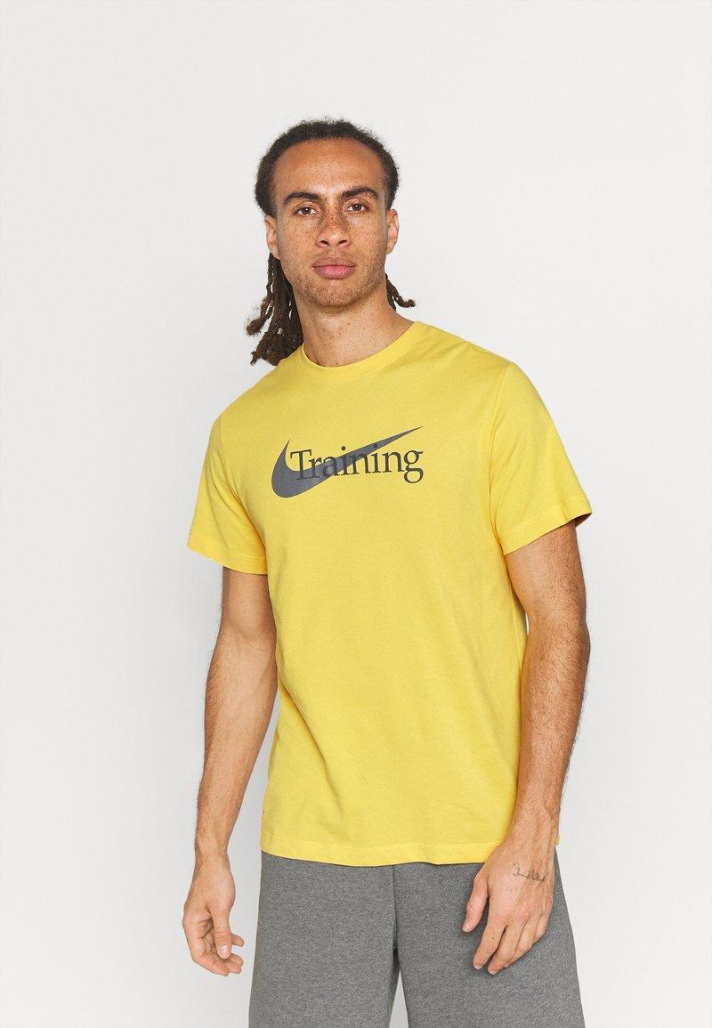 Nike Performance - TEE TRAINING - Print T-shirt - solar flare