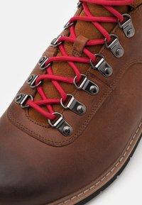 Clarks - BATCOMBE ALP GTX - Šněrovací kotníkové boty - tan - 5