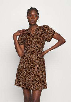 WRAP DRESS IN LEOPARD - Denní šaty - brown