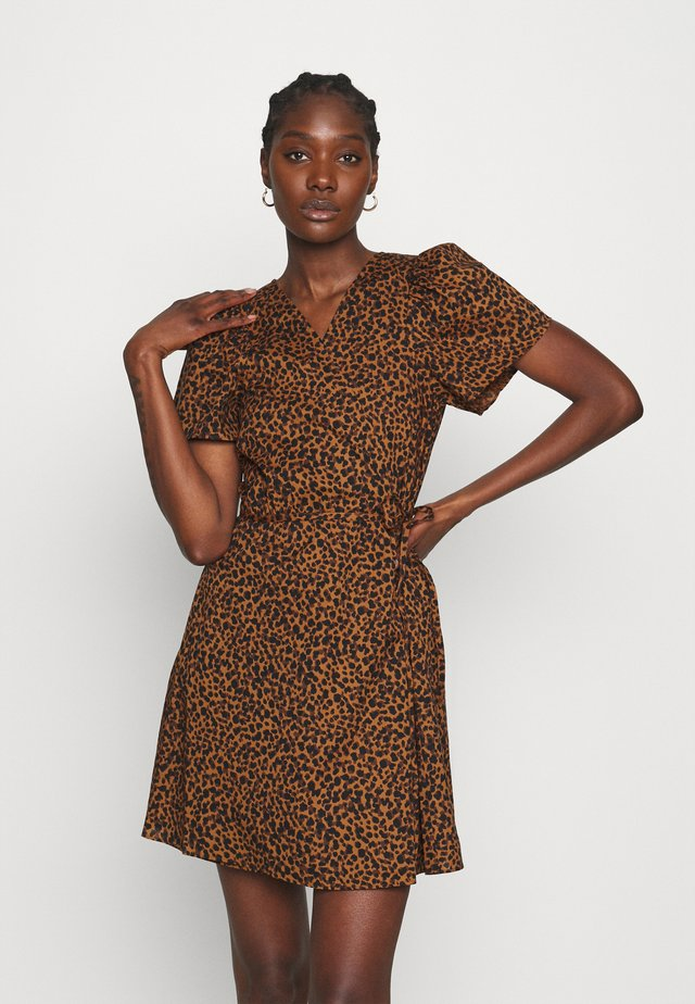WRAP DRESS IN LEOPARD - Korte jurk - brown