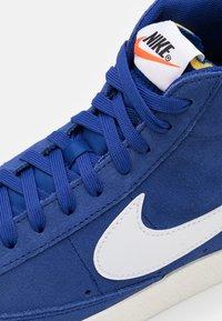 Nike Sportswear - BLAZER MID '77 UNISEX - Zapatillas altas - deep royal blue/white/black - 7