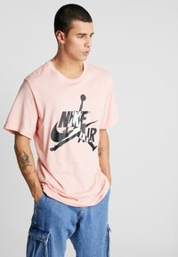 Jordan - CLASSICS  CREW - T-shirt med print - coral stardust/light bone - 0