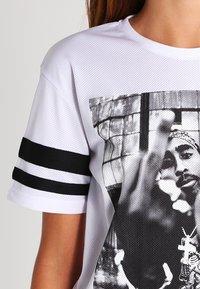 Urban Classics - 2PAC - T-shirt con stampa - white - 3