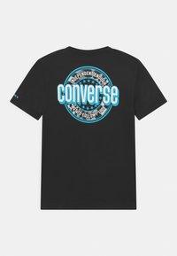 Converse - SLEEVE LOGO GRAPHIC UNISEX - Camiseta estampada - black - 1