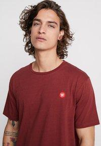 Wood Wood - ACE - Print T-shirt - dark red - 4