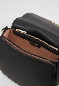 kate spade new york - SUZY LARGE SADDLE - Torba na ramię - black