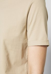 Pieces - PCRIA FOLD UP SOLID TEE - Basic T-shirt - white pepper - 6