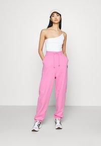 Tommy Jeans - RELAXED BADGE - Pantalon de survêtement - pink daisy - 1