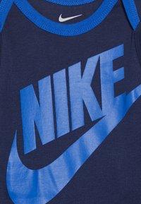 Nike Sportswear - FUTURA LOGO LONG SLEEVE HAT BOOTIE BABY SET - Čepice - midnight navy - 3