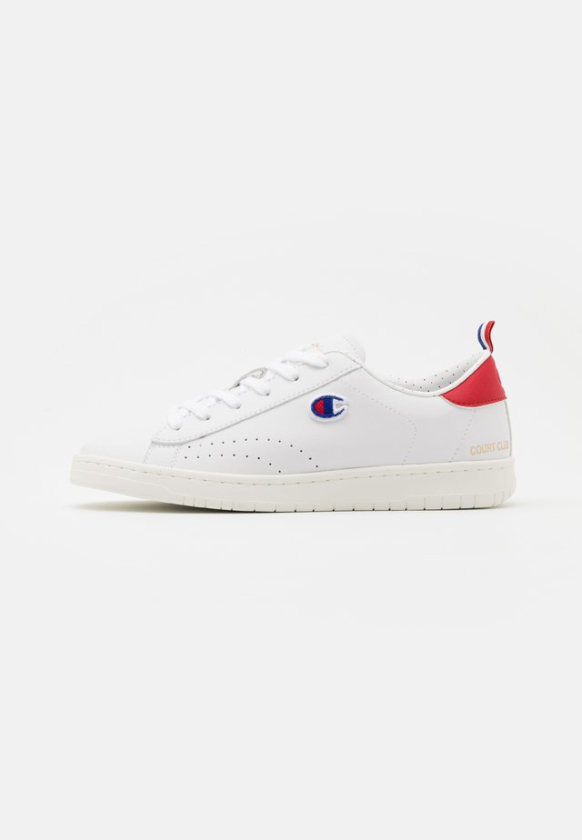 LOW CUT SHOE COURT CLUB PATCH - Sportschoenen - white/red/blue