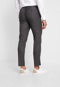 Isaac Dewhirst - STAND ALONE TEXTURE - Spodnie garniturowe - grey - 2