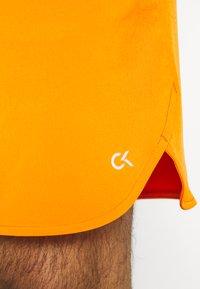 """Calvin Klein Performance - PRIDE 7"""" SHORT - Korte broeken - danger orange - 5"""