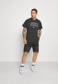 Nike Sportswear - RETRO TEE - T-shirt imprimé - off noir - 1