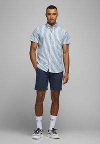 Jack & Jones - JJILINEN JJCHINO - Shorts - navy blazer - 1