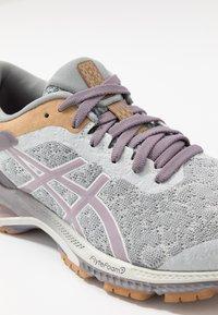 ASICS - GEL-KAYANO 26 - Obuwie do biegania treningowe - glacier grey/lavender grey - 5