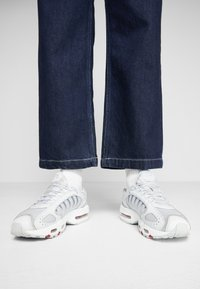 Nike Sportswear - TAILWIND - Matalavartiset tennarit - pure platinum/metallic silver/light redwood/white/cool grey - 0