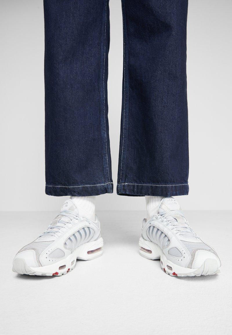 Nike Sportswear - TAILWIND - Matalavartiset tennarit - pure platinum/metallic silver/light redwood/white/cool grey