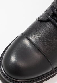 Royal RepubliQ - AVE HIKER COMBAT - Botines con cordones - black - 2