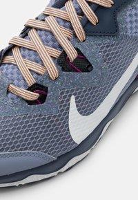 Nike Performance - JUNIPER TRAIL - Vaelluskengät - ashen slate/photon dust/thunder blue/red plum/peach cream/dark obsidian - 5