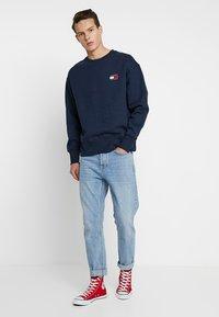 Tommy Jeans - BADGE CREW UNISEX - Collegepaita - blue - 1