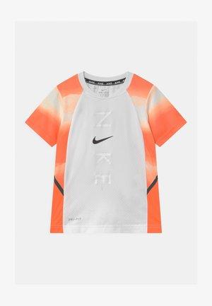 INSTACOOL - T-shirt z nadrukiem - hyper crimson