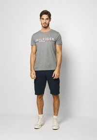 Tommy Hilfiger - GLOBAL STRIPE TEE - T-shirts print - grey - 1