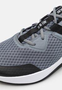 Nike Performance - MC TRAINER - Sports shoes - cool grey/black/white - 5