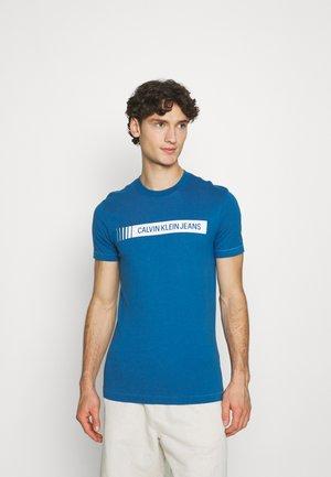 INSTITUTIONAL LOGO BOX TEE - T-shirt print - antique blue