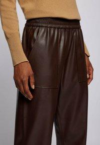 BOSS - TAJOGY - Pantalon de survêtement - dark brown - 3