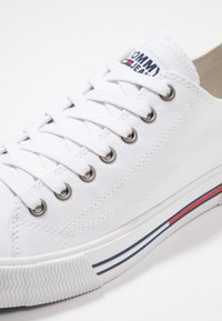 Tommy Jeans - CLASSIC - Baskets basses - white - 5
