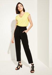 comma casual identity - MIT V-NECK - Print T-shirt - yellow - 0