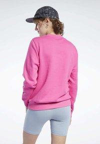 Reebok Classic - CLASSICS LOGO CREW - Sweatshirt - pink - 2