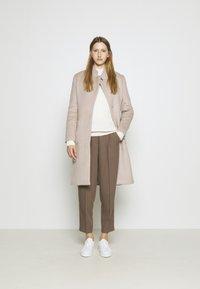 Bruuns Bazaar - JASMINA PERLE COAT - Klasický kabát - roasted grey khaki - 1