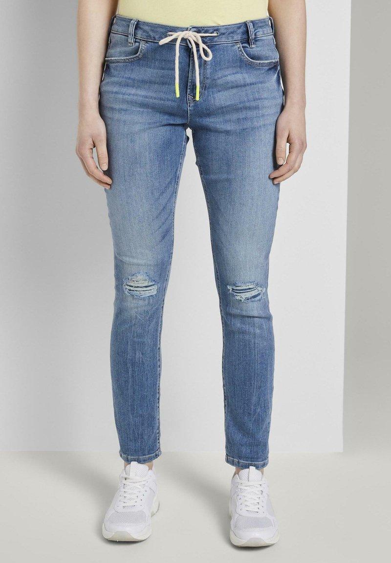 TOM TAILOR DENIM - JEANSHOSEN LYNN ANTIFIT JEANS MIT TUNNELZUG AM BUND - Slim fit jeans - light stone blue denim